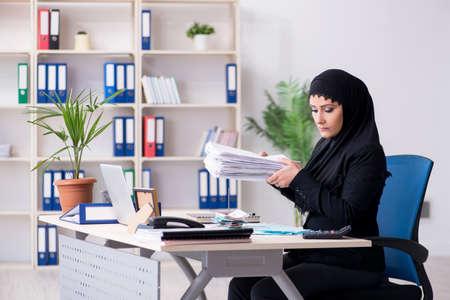 Female employee bookkeeper in hijab working in the office 免版税图像 - 128016823