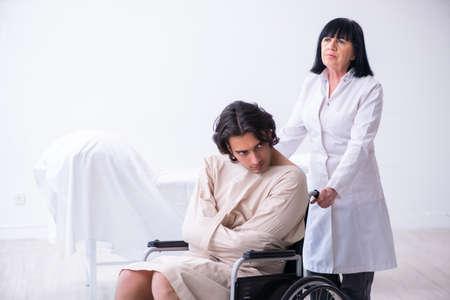Psiquiatra anciana visitando paciente masculino joven