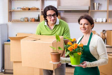 Mère et fils déménagent dans un nouvel appartement Banque d'images