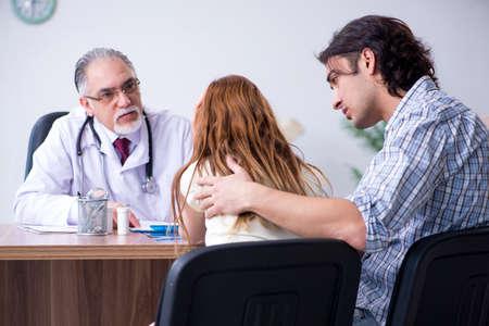 Jeune couple visitant le vieux docteur masculin