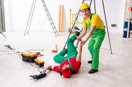 Travailleur blessé et son collègue Banque d'images
