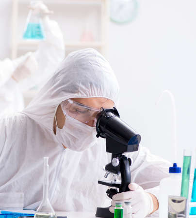 실험실에서 일하는 두 화학자