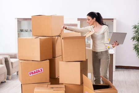 Mujer joven mudarse a piso nuevo