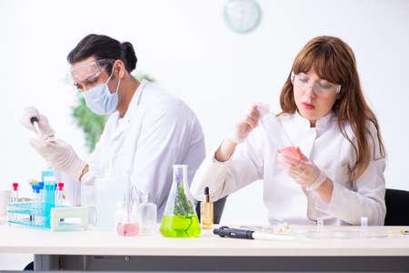 Due chimici che lavorano in laboratorio