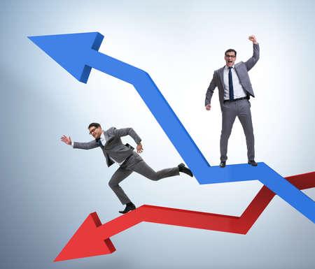 Homme d'affaires avec des graphiques de croissance et de déclin
