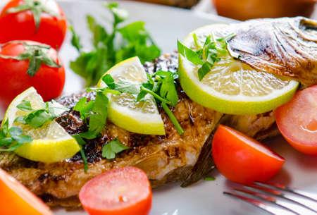 Pescado frito servido en el plato