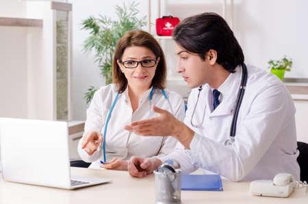 Deux médecins travaillant dans la clinique