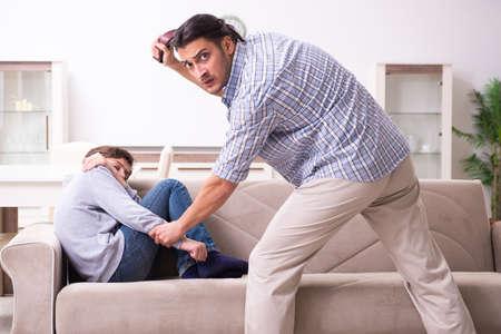 Père battant et punissant son sone