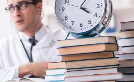 Medical student running out of time for exams Stockfoto - 128661631