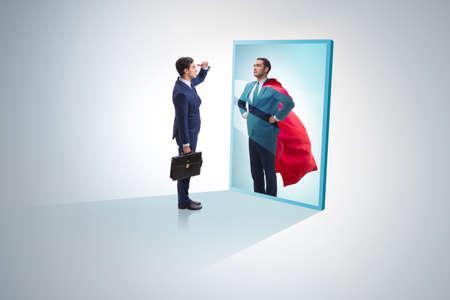 Homme d'affaires se voyant dans le miroir comme super-héros Banque d'images
