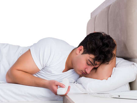 Hombre en la cama que sufre de insomnio