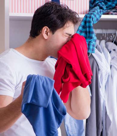 Mann hilflos mit schmutziger Kleidung nach der Trennung von Frau Standard-Bild