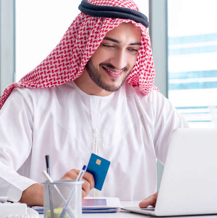 Arab businessman working in the office Banque d'images - 129308417