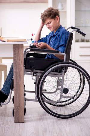 Bambino disabile che si prepara per la scuola a casa