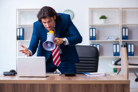 Young male businessman working in the office Foto de archivo - 129354066