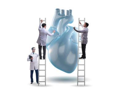 Examen cardiaque par une équipe de médecins