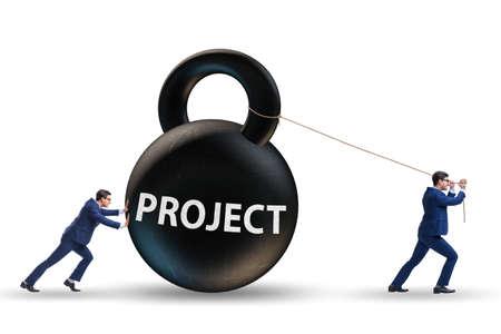 Homme d'affaires essayant de livrer un projet difficile