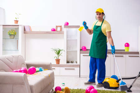 Young male contractor doing housework after party Banque d'images - 129668103