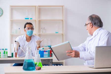 Two chemists working in the lab Zdjęcie Seryjne - 129780928