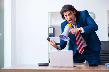 Young male businessman working in the office Zdjęcie Seryjne - 129780930