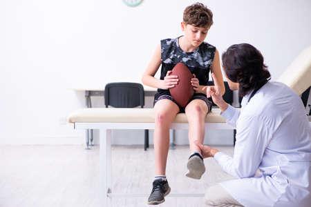 Joueur de football américain de garçon visitant le jeune docteur traumatologis