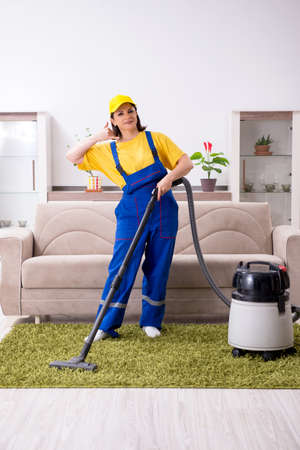 Old female contractor doing housework Banque d'images - 129700582