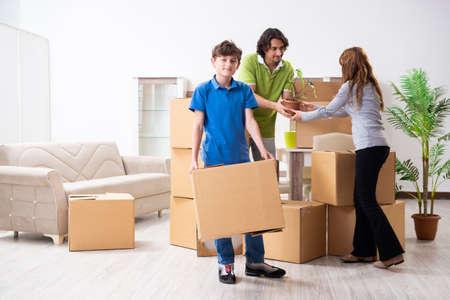 Young family moving to new flat Zdjęcie Seryjne - 129795615