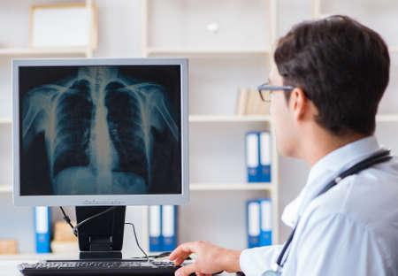 Médecin radiologue en regardant des images radiographiques