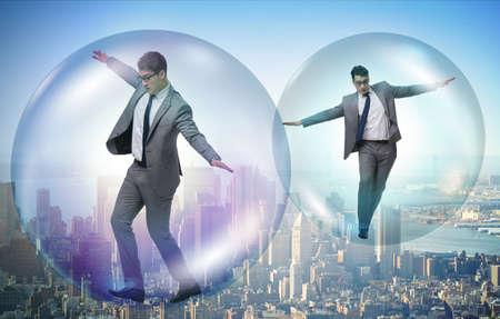 Zakenman die in de zeepbel vliegt