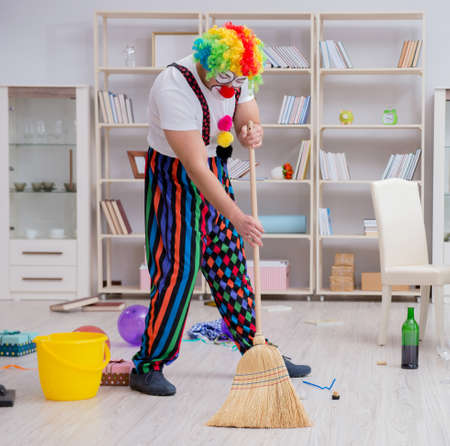 Funny clown doing cleaning at home Banque d'images - 129664038