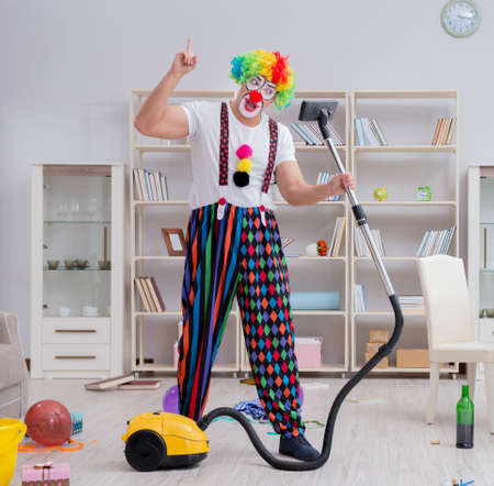 Funny clown doing cleaning at home Banque d'images - 129664102