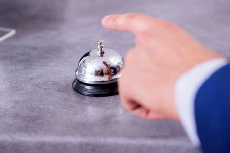 Hotelrezeptionsglocke an der Theke Standard-Bild