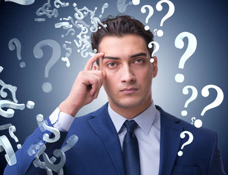 Biznesmen w koncepcji niepewności z wieloma pytaniami bez odpowiedzi