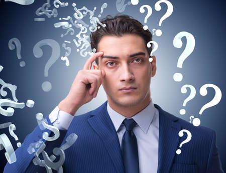 Empresario en concepto de incertidumbre con muchas preguntas sin respuesta