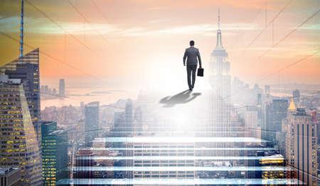 Geschäftsmann klettert anspruchsvolle Karriereleiter im Business-Co hoch Standard-Bild