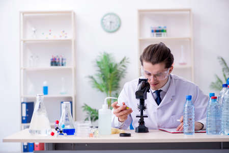 Young male chemist experimenting in lab 免版税图像 - 130692405