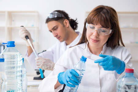 Two chemists working in the lab Imagens