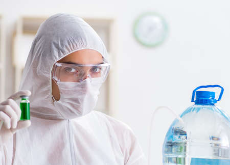 Lab assistant testing water quality 版權商用圖片 - 129926561
