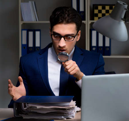 Auditor looking for errors in financial reporting for company Stockfoto