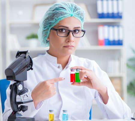 Female scientist researcher conducting an experiment in a labora 写真素材 - 129990596