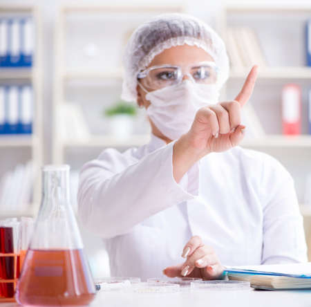 Female scientist researcher conducting an experiment in a labora Stockfoto