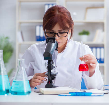 Female scientist researcher conducting an experiment in a labora 写真素材 - 129990678