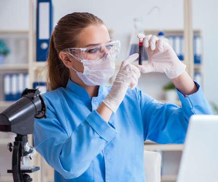 Investigadora científica realizando un experimento en un labora