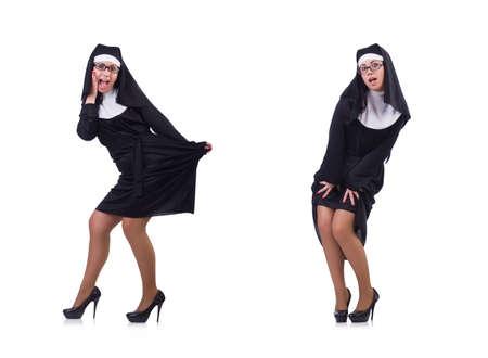 Lustige Nonne isoliert auf dem Weiß