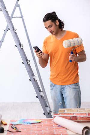 自宅で改装を行う若い男の請負業者