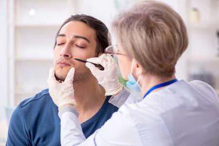 Jeune patient médecin de visite à l'hôpital