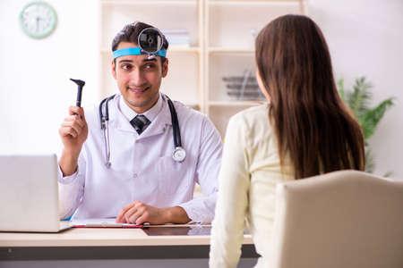 Junger männlicher Arzt und weiblicher schöner Patient