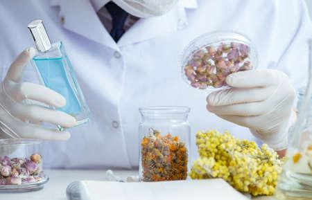 Químico mezclando perfumes en el laboratorio. Foto de archivo