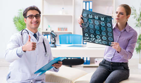Arts die x-ray beelden van patiënt onderzoekt