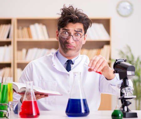 Verrückter verrückter Wissenschaftlerdoktor, der Experimente in einem Labor durchführt Standard-Bild